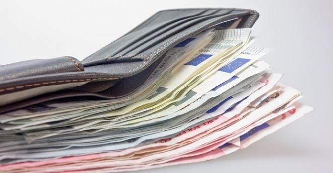 Câştigurile salariale medii lunare variau de la 4.057 euro în Danemarca şi 3.671 euro în Luxemburg, la 442 de euro în Bulgaria şi 700 de euro în România