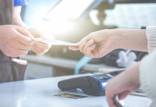 Mai mult de jumătate dintre români (54%) au declarat că încă plătesc cash atunci când călătoresc