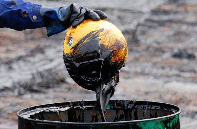 Petrolul se ieftinește cu o viteză îngrijorătoare