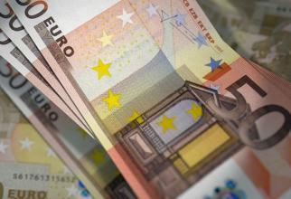 Euro creşte şi atinge un nou record istoric în faţa monedei naţionale