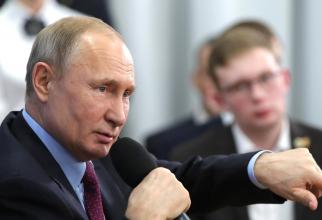 Preşedintele american Donald Trump a anunţat luni că va avea o convorbire telefonică în cursul zilei cu omologul său rus Vladimir Putin