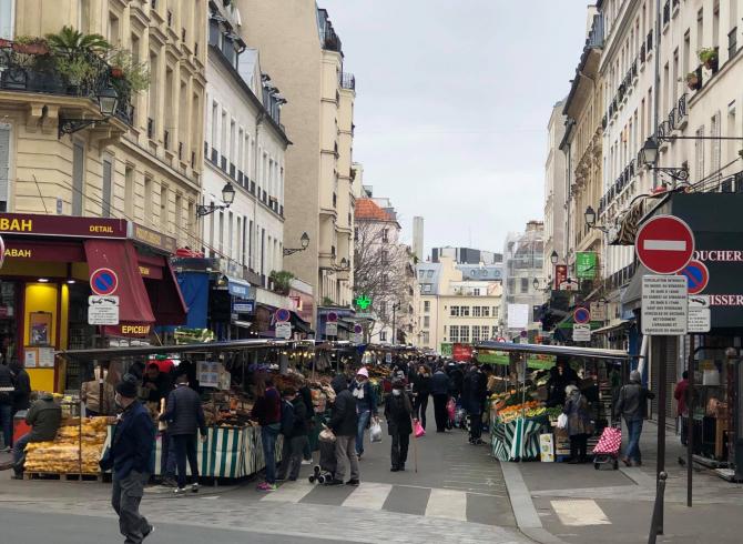 Francezii se înghesuie liniștiți în piețe de parca nu ar fi nicio problemă