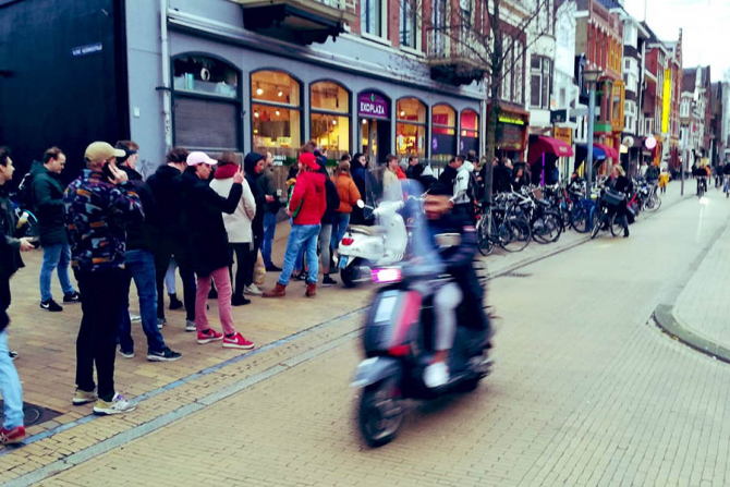 Olandezii au facut coadă la magazinele cu marijuana