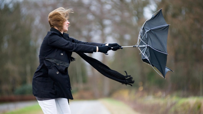 În aceste zone se vor semnala intensificări temporare ale vântului cu viteze ce vor depăşi la rafală 55-65 km/h.