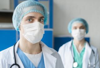 În plină criză a pandemiei în SUA cadrele medicale sunt concediate