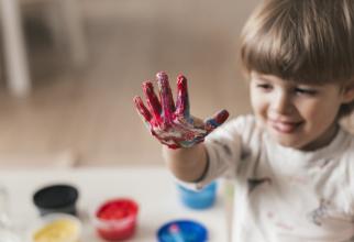 Copiii cu vârsta sub doi ani nu trebuie să poarte măşti pentru că acestea le pot îngreuna respiraţia şi cresc riscul de sufocare