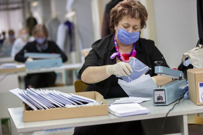 Guvernul britanic a respins vineri recomandările medicilor privind purtarea obligatorie a măştii în magazine şi alte spaţii publice