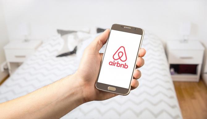 Airbnb aconcediază 25% din personal
