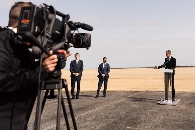 Péter Szijjártó a vorbit din apropierea terenului unde se ridică fabrica BMW din Debrecen / Foto: MTI