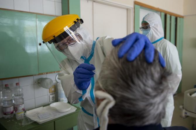 Problemele de testare sunt luate în discuție / Foto: MTI