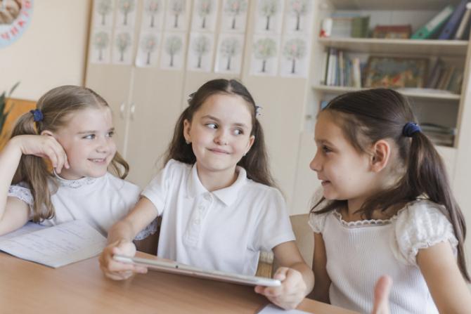 Elevii vor primi tablete conectate la internet