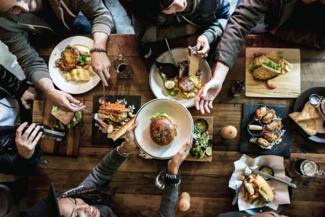 Românii intenţionează să iasă în oraş pentru a mânca, după ridicarea restricţiilor