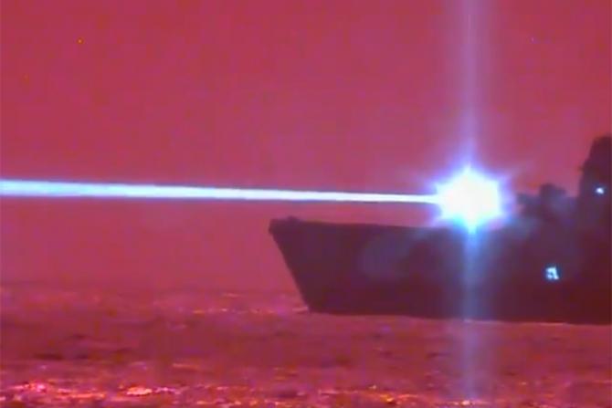 Nava USS Portland în timp ce trage cu laser