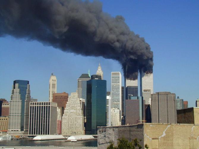 Turnurile Gemene din New York învăluite în fum după ce două avioane pline cu pasageri au intrat deliberat în ele, deturnate fiind te teroriștii Al Qaeda