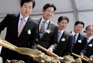 Jay Y. Lee, al doilea de la stânga la dreapta, este acuzat de corupție și dare de mită