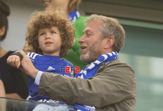 Roman Abramovici împreună cu unul dintre copiii lui