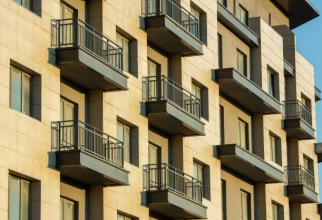Balcoanele de la parterul blocurilor se pot închide în anumite condiții