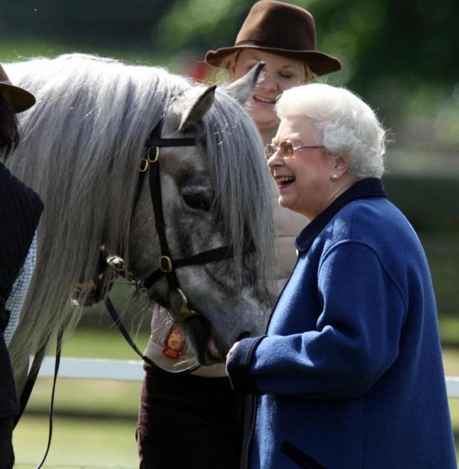Regina Elisabeta a II-a a Marii Britanii, în vârstă de 94 de ani, a ieşit în acest weekend, pentru prima oară de la impunerea restricţiilor de izolare