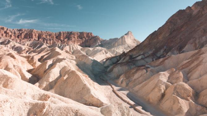 O cantitate de microparticule de plastic echivalentă cu până la 300 de milioane de sticle de apă ''plouă'' în Marele Canion