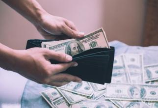 Un studiu arată că românii sunt expuși riscului de a deveni cărăuși de bani și oferă și explicațiile