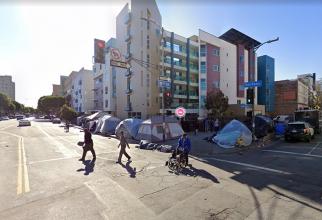 Oameni care locuiesc în corturile instalate pe străzile din cartierul Skid Row, Los Angeles