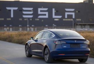 """Tesla. Conform investigaţiilor preliminare, poliţia """"este sigură în proporţie de 99,9%"""" că nu se afla nimeni la volan, a spus purtătorul de cuvânt."""