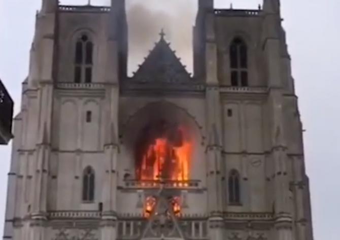 Franța: Catedrala din Nantes în FLĂCĂRI
