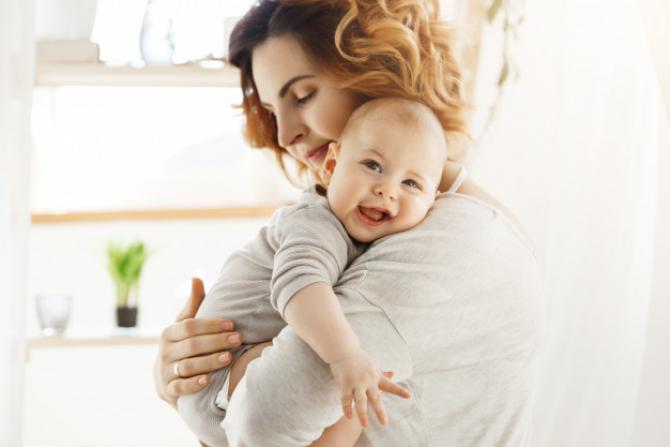 Dacă părintele, aflat în concediu maternal, se întoarce la serviciu înainte de ziua în care copilul împlinește 6 luni (1 an, în cazul copilului cu dizabilități), se va acorda un stimulent lunar de 1.500 de lei.