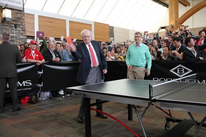 Warren Buffett și Bill Gates jucând tenis de masă