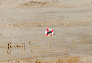 Salvați în 2020 cu mesajul SOS scris pe plaja unde naufragiase