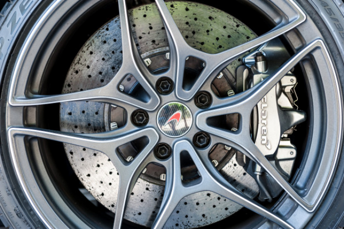 McLaren RENUNȚĂ la automobilele care funcționează pe BENZINĂ