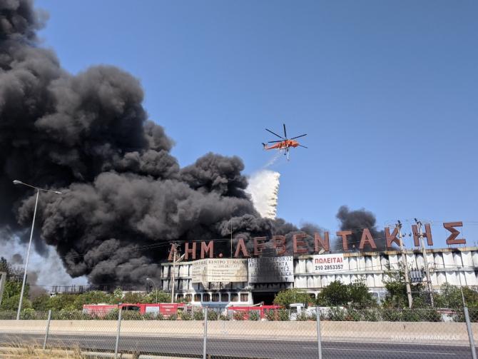 Incendiul a determinat închiderea unei autostrăzi / Foto: Savvas Karmaniolas