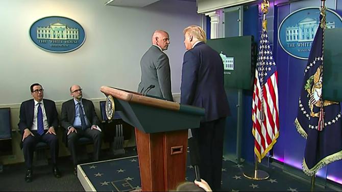 Un reprezentant al Secret Service îl scoate pe Donald Trump din conferința de presă