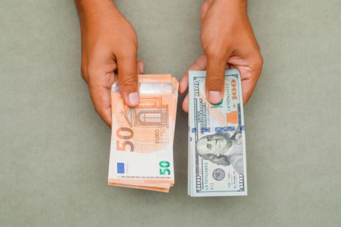 Dolarul american influențat de prea mulți factori