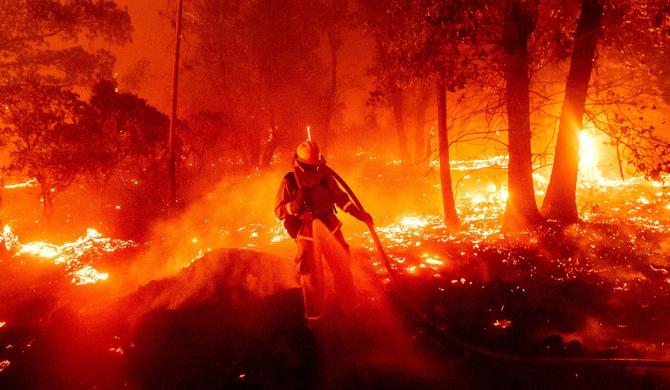 Pompierii duc o luptă crâncenă