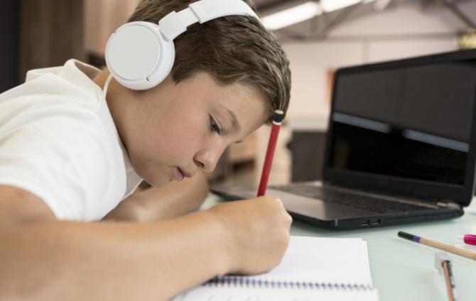 Redeschiderea școlilor crește vânzările de laptop-uri și tablete cu 50%