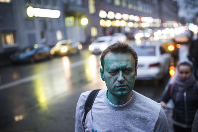 Alexei Navalnîi după ce a fost atacat cu o substanță dezinfectantă