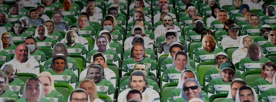 """""""Spectatori"""" la un meci de fotbal în timpul pandemiei"""