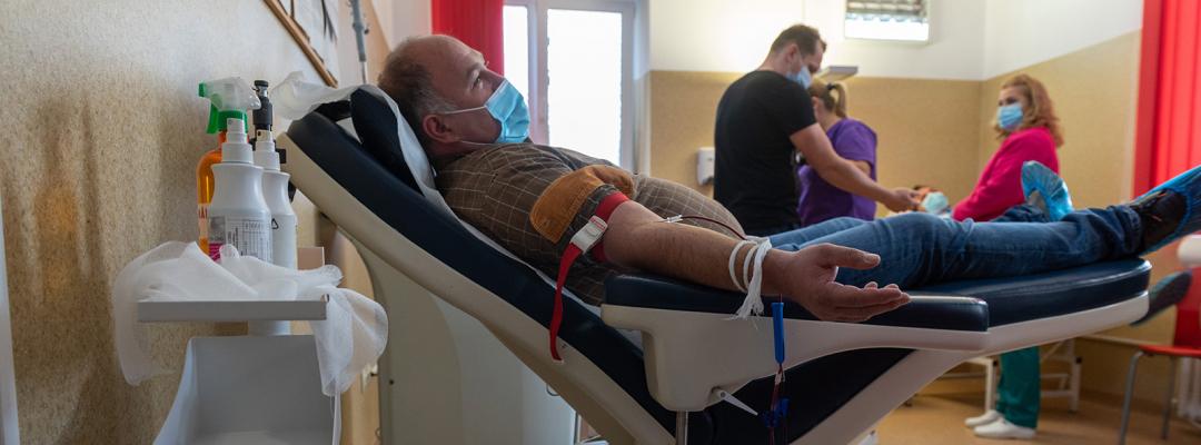 O persoană donează sânge