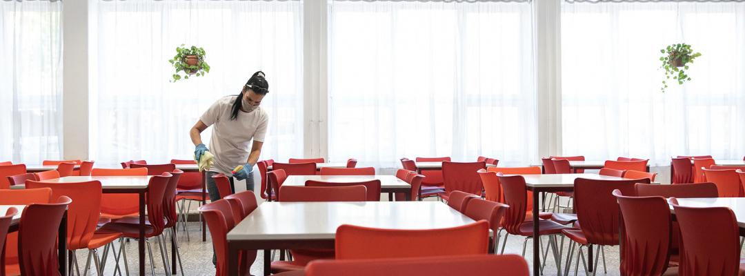 Curățenie într-o sală de mese, în timpul pandemiei