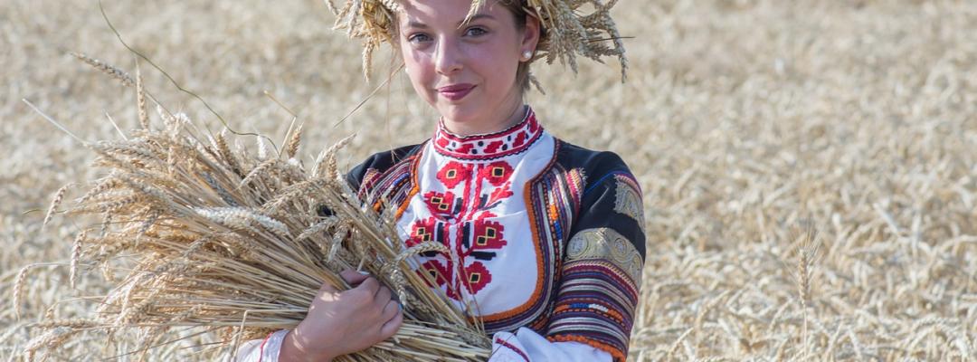Bulgaria, femeie în port popular