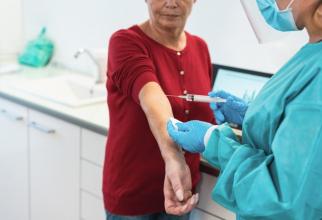 Vaccinul are o reacție SURPRINZĂTOARE la persoanele în vârstă