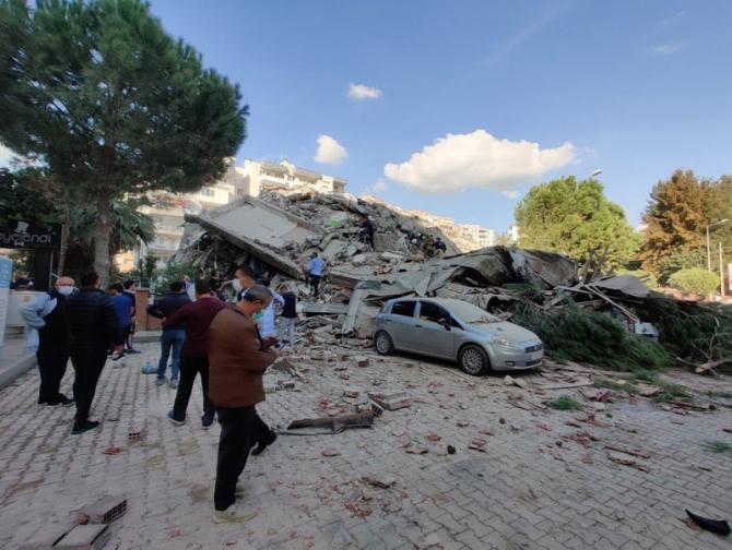 Cutremurul a dărâmat mai multe clădiri în Izmir, Turcia / Foto: Twitter / @AmeerAli380