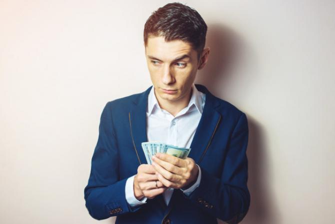 Infidelitatea financiară! Bărbații cheltuiesc bani fără știrea partenerei