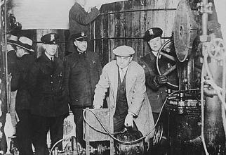 Polițiști la o fabrică de bere clandestină