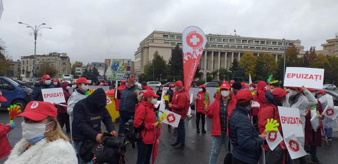 Sindicaliștii SANITAS în timpul protestului din fața Palatului Victoria