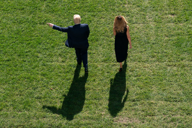 Donald Trump și Melania Trump plecând de la Casa Albă