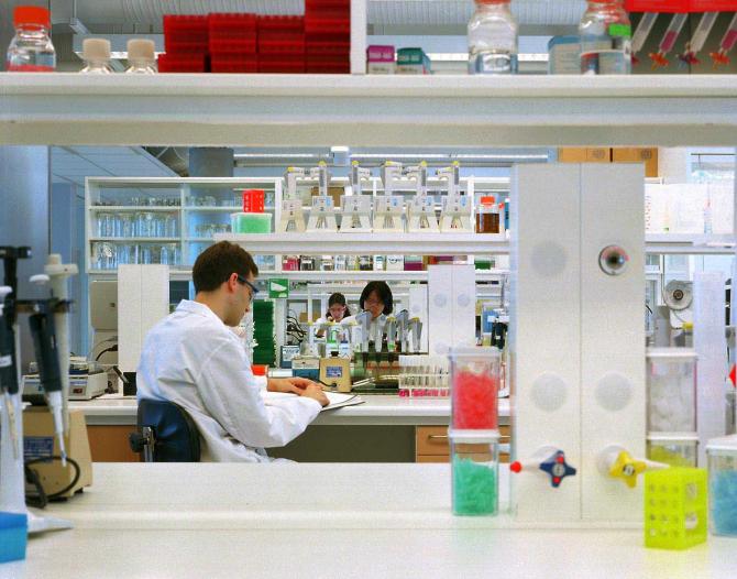 Vaccinul dezvoltat de Oxford și AstraZeneca are rezultate promițătoare