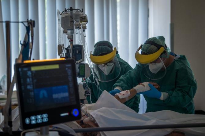 Pacienții COVID, aleși pentru tratament ca la LOTERIE