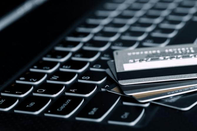 Infractorii cibernetici fie îți trimit un link către o adresă suspectă (dar care pare a băncii), fie te pun să descarci un fișier atașat.